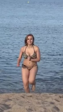 Hannah Witton boobs bouncing at beach